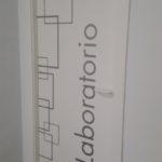 Rotulación puerta con vinilo de corte
